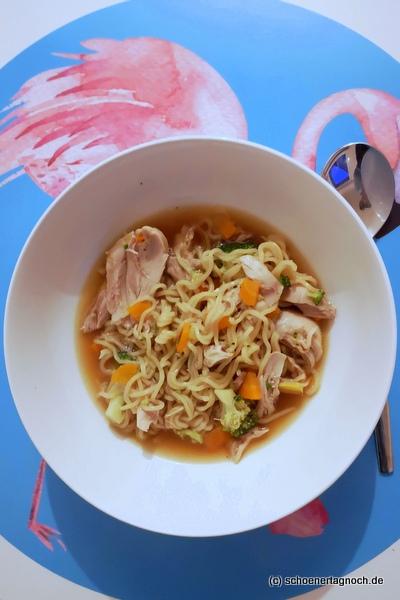Hühnersuppe mit asiatischen Nudeln und Gemüse