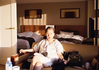 Portrait de la mère de Takahiro Kaneyama dans une chambre d'hôtel