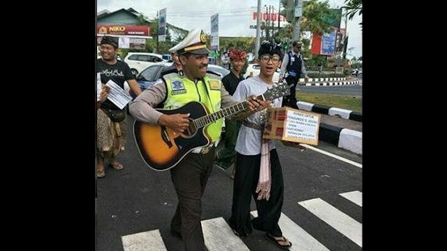 Bantu Kumpulkan Dana Untuk Pengungsi Gunung Agung, Perwira Polisi Lakukan Hal ini..