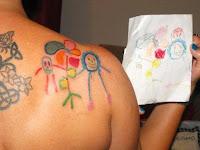 tatuaje dibujo infantil en hombro del padre