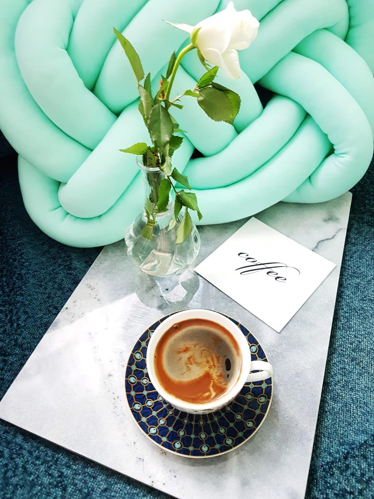 Filiżanki do kawy i herbaty porcelanowe DUO PARADIS BIAŁE- Kawiarka aluminiowa ciśnieniowa VENETTO - kafetiera na 3 filiżanki espresso- Deska do serwowania serów i przekąsek marmurowa JUDGE SZARA