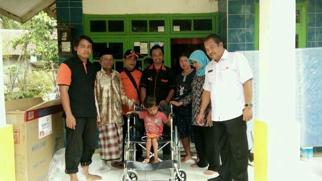 Lazismu Jember menyerahan kursi roda baru untuk ananda Achmad Fauzi
