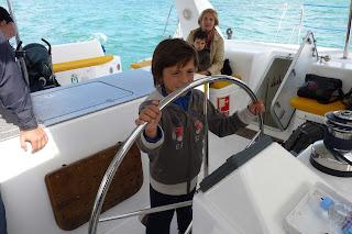 Izan navegando Con El catamarán.