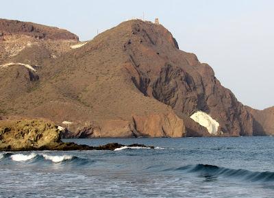 Domo de Vela Blanca y arrecife del Dedo. Playa de la Arena. Cabo de Gata