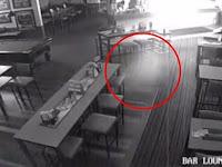 Entitas Hantu Tertangkap Kamera CCTV Bar di Australia