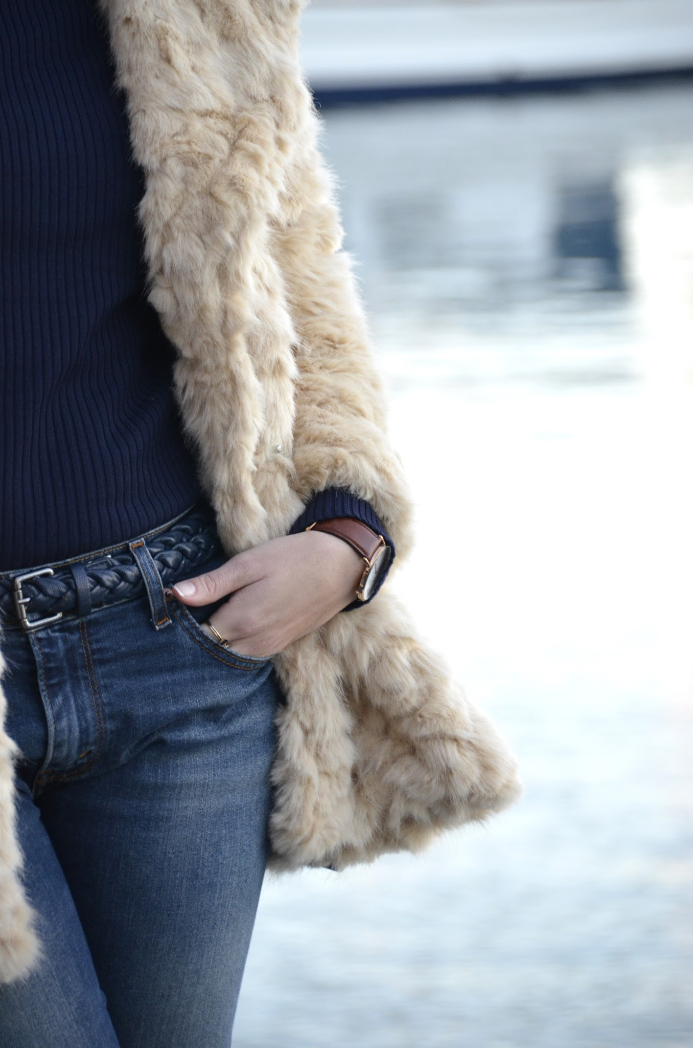como combinar un abrigo de pelo con jeans para el dia a dia