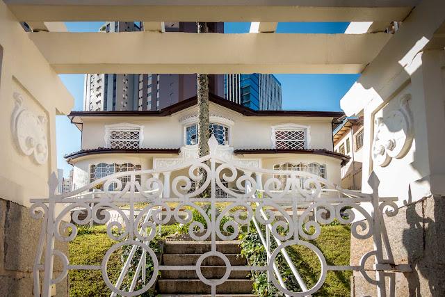 Outra bela casa na Avenida Munhoz da Rocha - detalhe portão