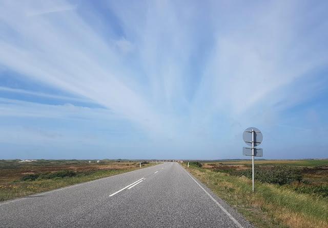 Vom Glück der Anreise nach Dänemark. Hinter Nymindegab durch die Kurve zu fahren ist pures Glück am Anreisetag.