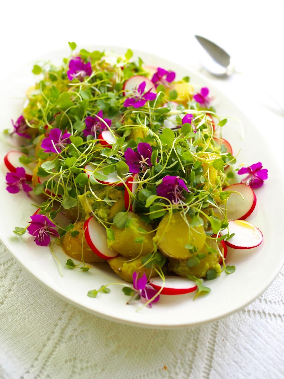 Kukkasalaatti, avokado-perunasalaatti, syötävät kukat, maitohorsmankukat, villiyrtit, villivihannekset