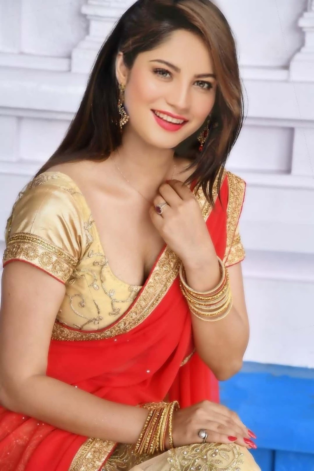 Neelam Muneer Beautiful Images, Neelam Muneer Backless pics hot,