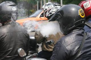 Wajib Baca ! 6 Kerugian Merokok Sambil Berkendara Motor