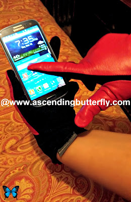 Wilsons Leather touchpoint smart leather red Gloves in action