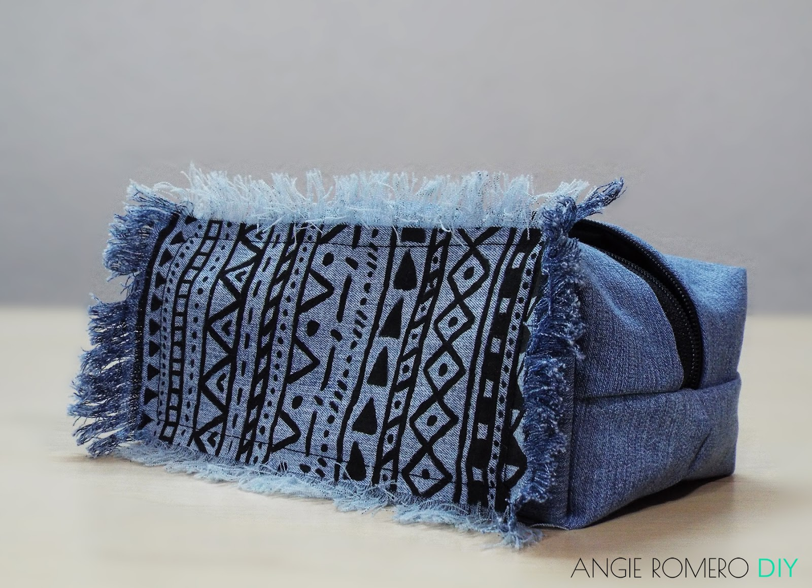 DIY cosmetiquera o cartuchera con estampado tribal hecha de jeans reciclados