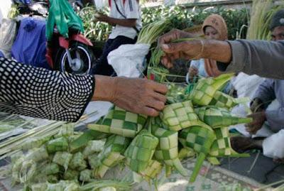Ambon, Malukupost.com - Perajin sekaligus pedagang anyaman ketupat dari daun kelapa muda di Kota Ambon, Maluku mulai bermunculan di pasar Mardika. Hasil pantauan pada Rabu (16/5) pagi, terlihat para perajin anyaman ketupat menawarkan hasil kerajinan mereka kepada para pembeli yang kebanyakan kaum ibu yang sedang berbelanja keperluan lain di pasar.