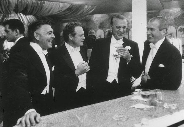 Clark Gable, Van Heflin, Gary Cooper y Jimmy Stewart en el restaurante Romanoff de Hollywood
