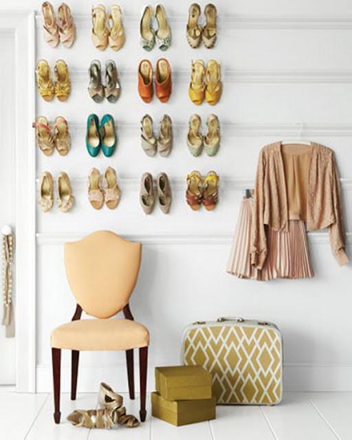 Solution gain de place pour le rangement des chaussures accrochées au mur