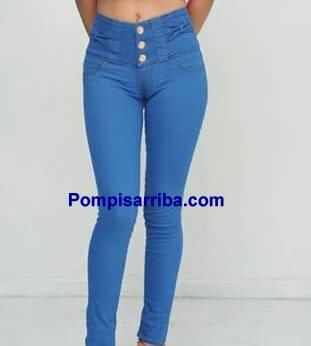 Una Mujer Portando Pantalon Color Azul Celeste