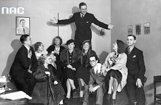 """Zespół teatru """"Cyrulik Warszawski"""" w redakcji IKC - 1935"""