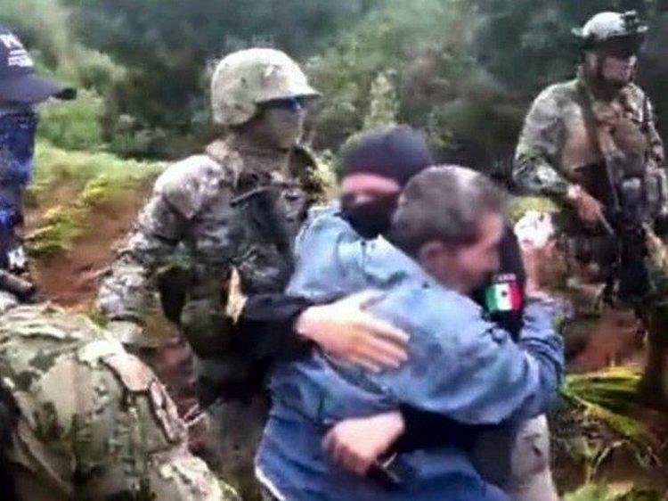 """VIDEO: Militares capturan a 10 Viagras y rescatan empresario político de Morena """"levantado"""" en Michoacán."""