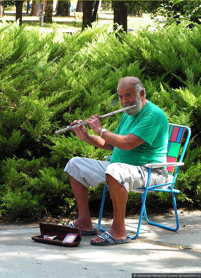 Уличный музыкант играет на флейте, Св.св. Константин и Елена (Болгария)