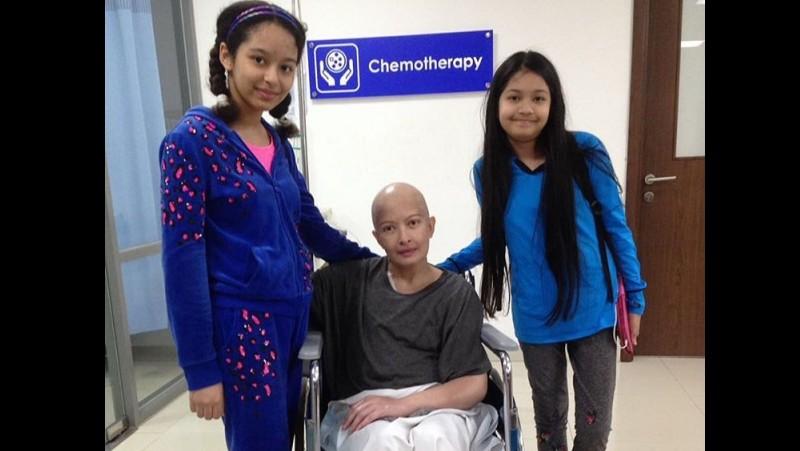 Yana Zein dan kedua putrinya