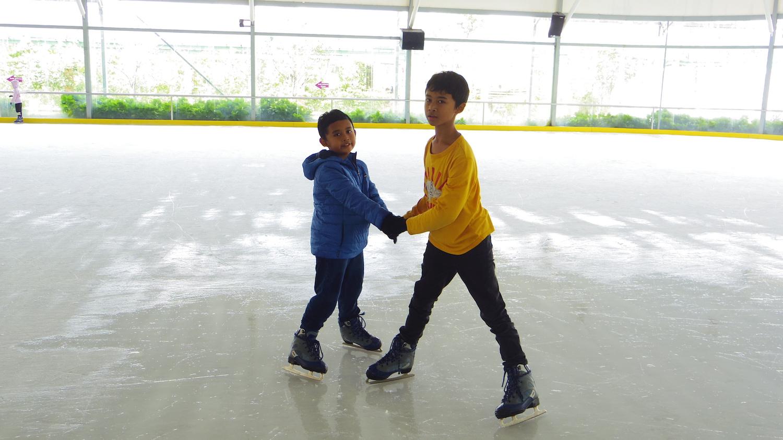 Main Ice Skating di GardenIce Rink Paris Van Java