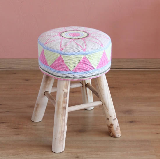Egyptian Flower Stool Cover, crochet stool cover free pattern (photo by Miss Neriss) | Happy in Red