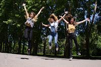 Chicas saltando en el aire