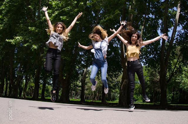 Chicas saltando juntas