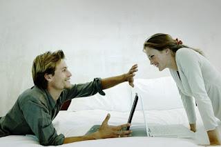 муж жена за ноутбуком личное пространство