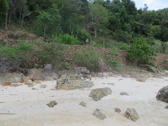 стена у пляжа