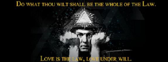 imagen de Aleister Crowley con un sombrero triangular y un ojo en el interior del mismo