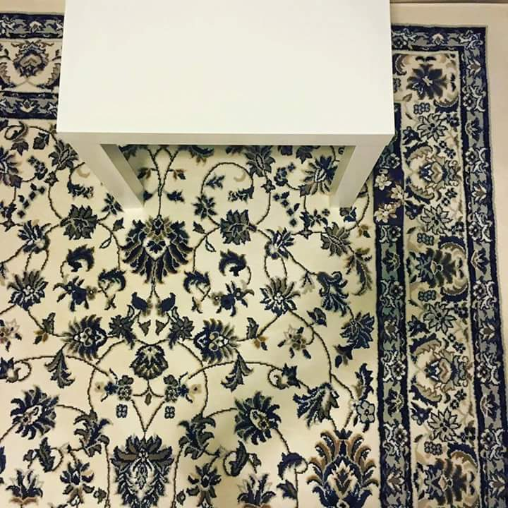 Existe um iPhone sobre esta carpete