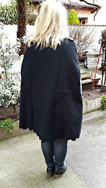 http://it.shein.com/Black-Double-Breasted-Scallop-Edge-Cape-Coat-p-321012-cat-1735.html?utm_source=paroleopereomissioni.blogspot.it&utm_medium=blogger&url_from=paroleopereomissioni