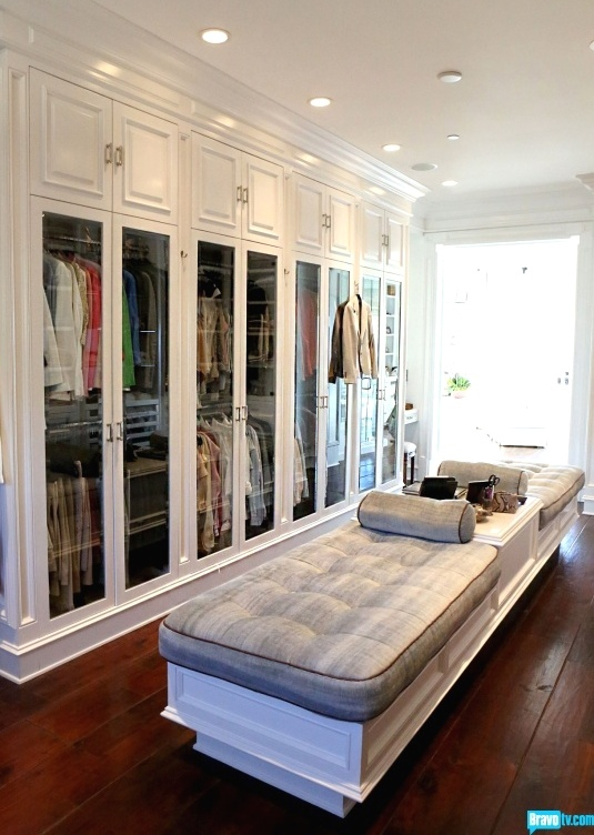 Glass Doors Keep Clothing Clean And Fade Resistant
