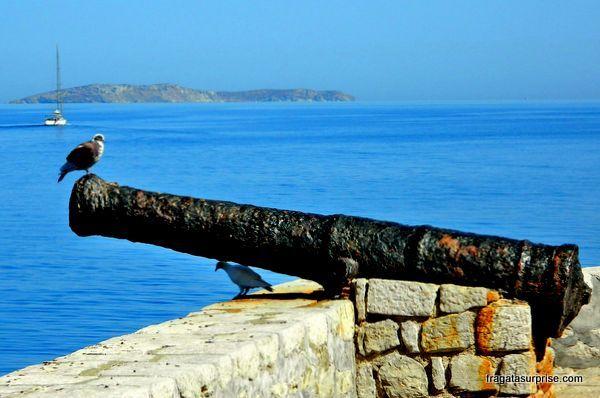 Antiga bateria de canhões na entrada do porto da Ilha de Hidra, Grécia