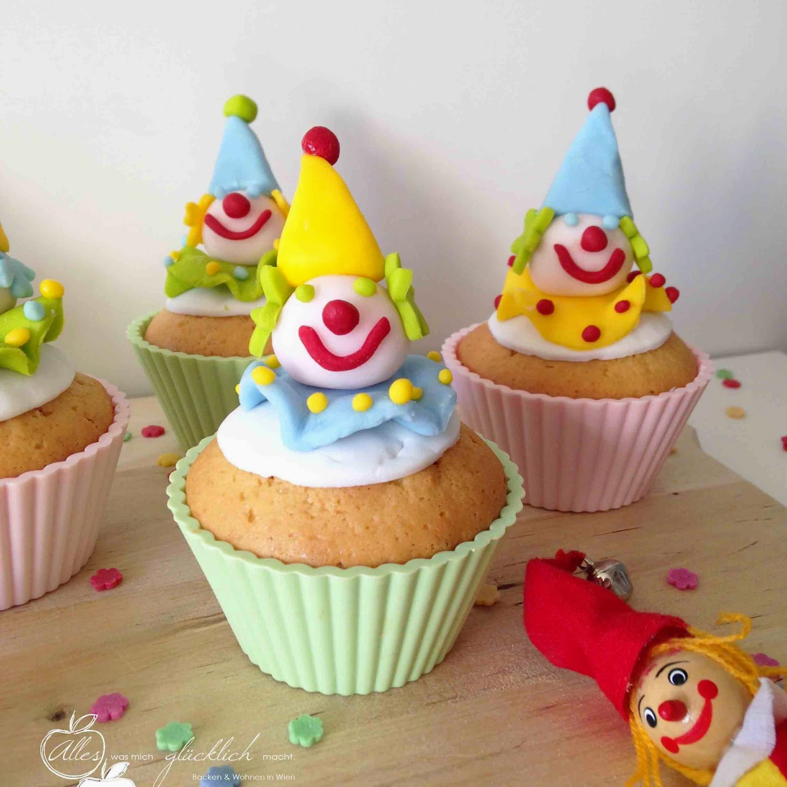 alles was mich gl cklich macht lustig fruchtige clown cupcakes mit maracuja f llung. Black Bedroom Furniture Sets. Home Design Ideas