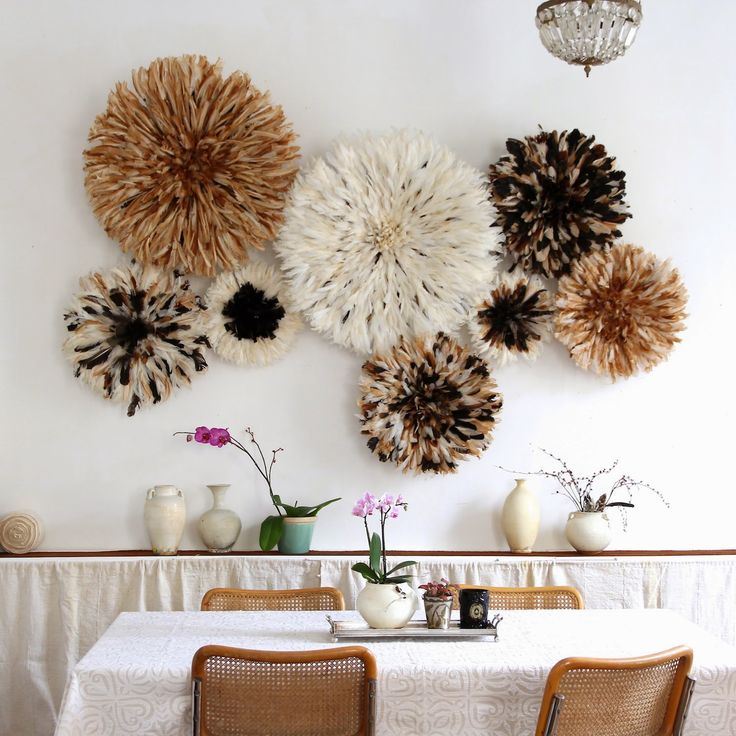 decoracion pared con plumas