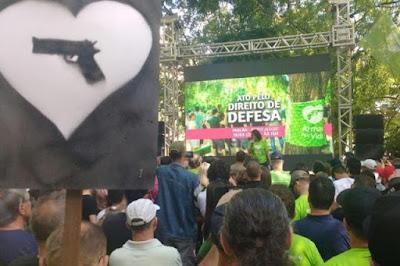 Grupo promove ação em Porto Alegre (RS) pela flexibilização do desarmamento