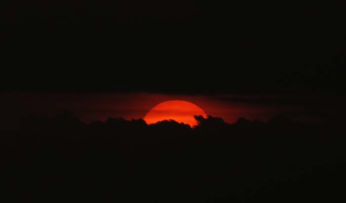 Matahari Sore dan Awan di Ufuk Barat