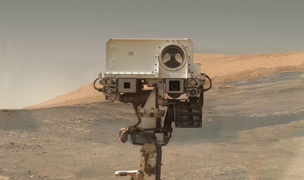 Tàu Curiosity chụp ảnh selfie trên Sao Hỏa. Hình ảnh được thực hiện vào ngày 23 tháng 1 năm 2018, nhằm sol 1943 (sol là ngày Sao Hỏa, một sol bằng 24 giờ 39 phút 35 giây), bằng thiết bị chụp ảnh Mars Hand Lens Imager. Hình ảnh này được ghép lại từ những ảnh chụp đơn vì góc của máy ảnh không đủ lớn để chụp được toàn cảnh như vậy. Bầu trời đã được xử lý hậu kỳ. Hình ảnh: JPL-Caltech/MSSS/NASA.