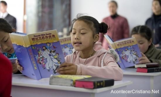 Niños aprendiendo historias bíblicas en escuela de China