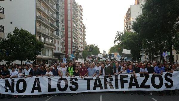 Miles de argentinos marcharon contra nuevos tarifazos de Macri