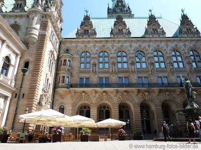 Innehof vom Hamburger Rathaus, Terrasse, Sonnenschirme