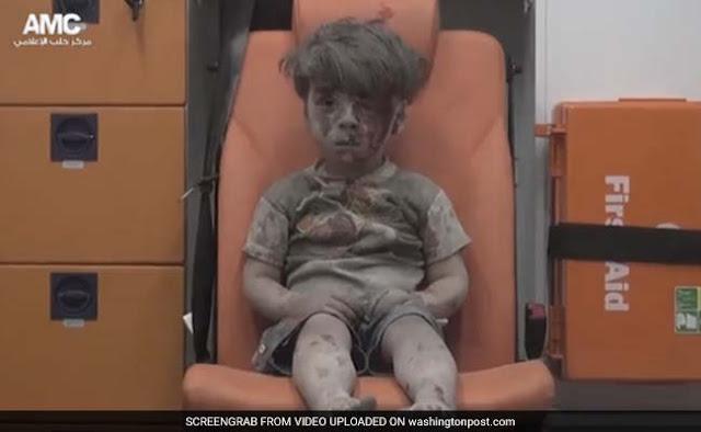 मलबे से निकले पांच साल के इस बच्चे की तस्वीर बयां करती है उसके युद्ध की  कहानी