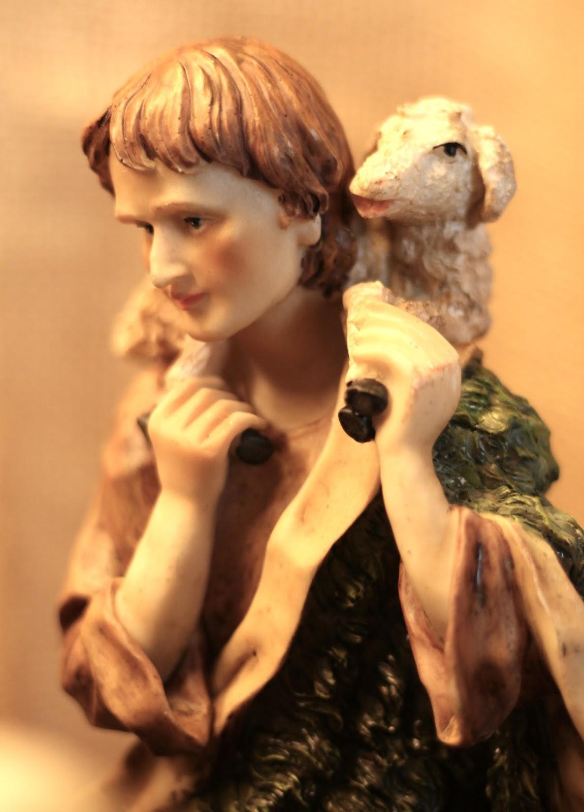 Selbst gebaute Weihnachtskrippe mit Figuren aus Polyresin oder Kunstharz: Hirte mit Lämmchen
