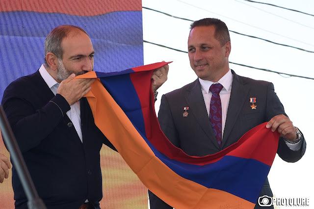 Astronauta ruso entrega bandera de Armenia a Pashinyan