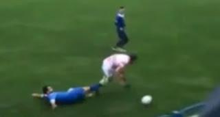 Jogador perde um testículo após levar chute durante jogo de futebol; veja vídeo
