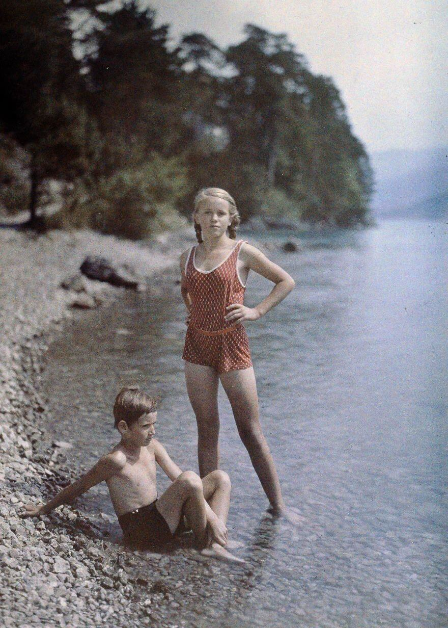 40 Old Color Pictures Show Our World A Century Ago - Eva And Heinz On The Shore Of Lake Lucerne, Switzerland, C. 1927