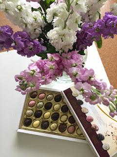 Zum 50. Wochenrückblick feiern wir uns mit Blumen und Pralinen selbst